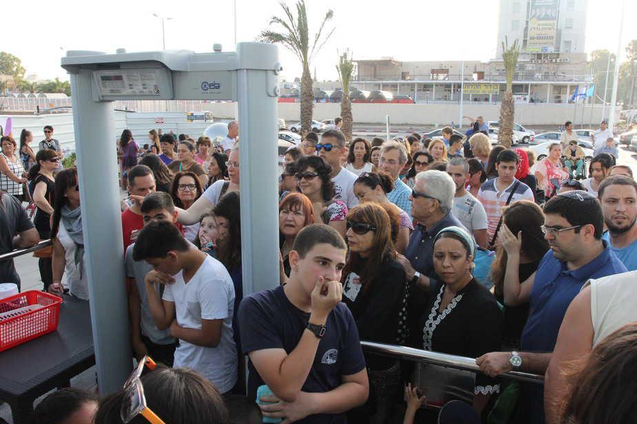 מחכים בסבלנות. המבקרים מחוץ לקניון ארנה (צילום: אדריאן הרבשטיין)