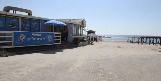 יש גם כפר נופש ומסעדה. חוף דור (צילום: שלומי גבאי)