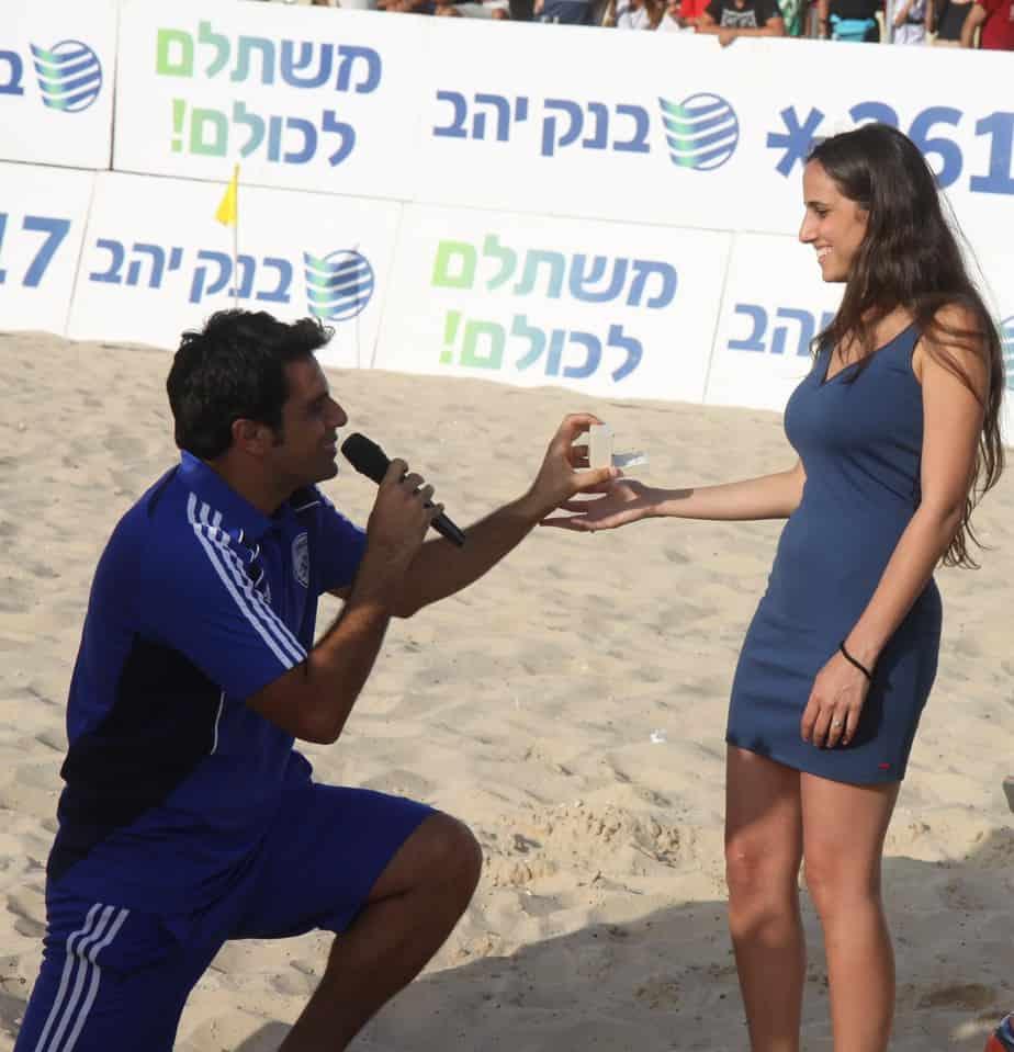 אז מתחתנים? לירון מציע לאוסנת (צילום: שלומי גבאי)