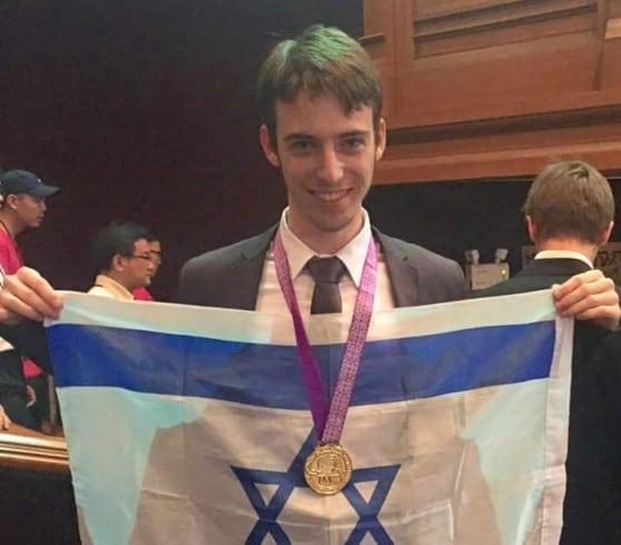 דור שמויש. זוכה במדלית זהב באולימפיאדה למתמטיקה בתאילנד (צילום באדיבות העיריה)