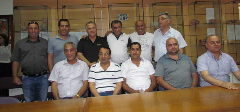 טורק עם ראש העיר וחברי הנהלת הקבוצה (צילום :חגאג רחאל)