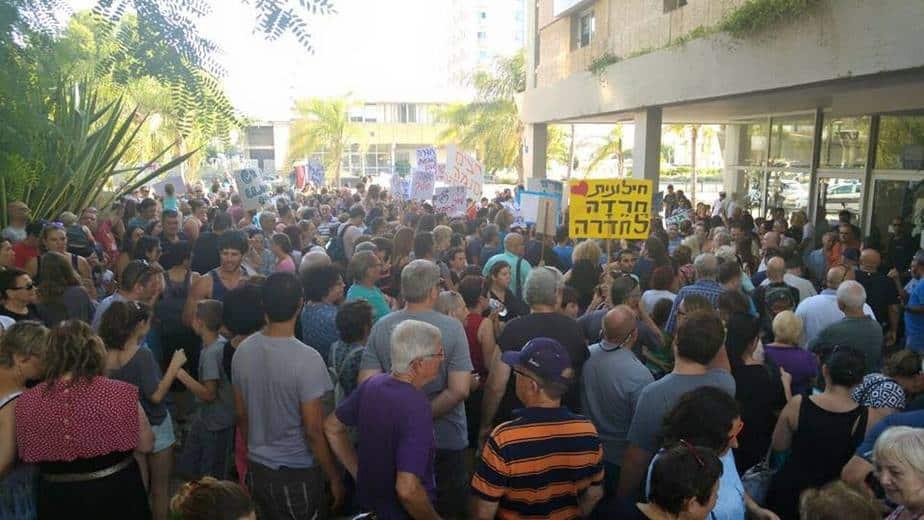 מחאת השבת מחוץ למועצת העיר בשבוע שעבר (צילום: שלומי גבאי)