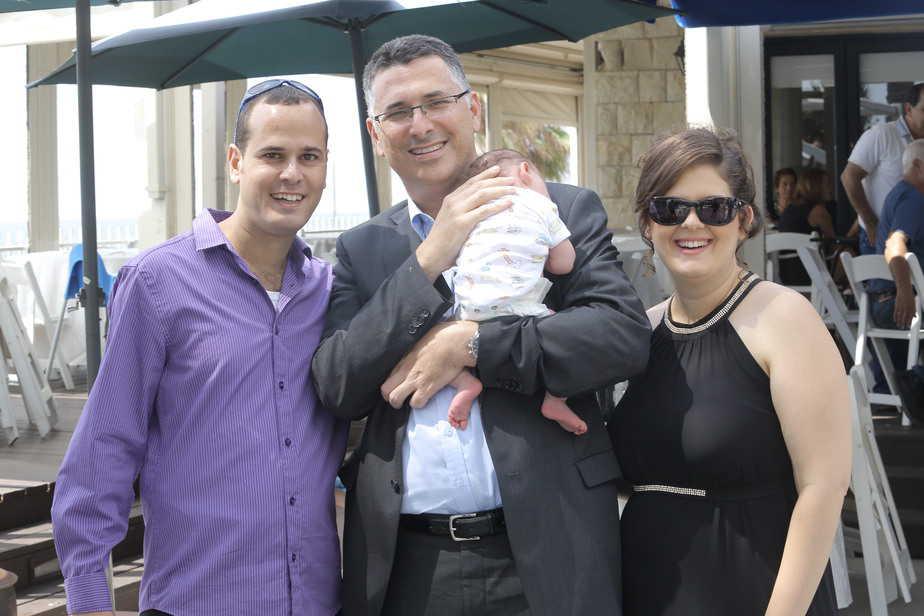 חוגגים ברית. משפחת בר עם גדעון סער (צילום באדיבותם)