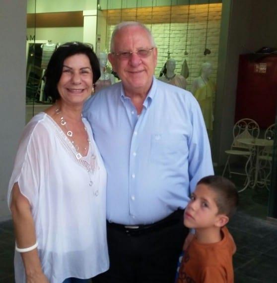 """נשיא המדינה ראובן ריבלין,  הנכד האהוב  ורותי גולדשטיין, מוכרת בחנות """"מיקה""""  (צילום: ניקול בלישה)"""