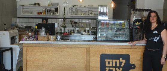 נירה קציר בעלת לחם ארז בקרית מוצקין (צילום: חיים נתיב)