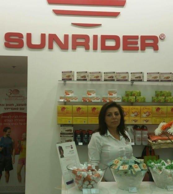 """לורה מנהלת חנות הדגל בצפון """"סאנריידר"""" בקריון (צילום: עצמי)"""