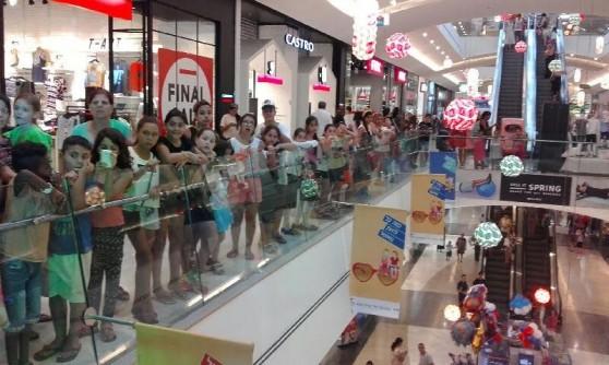 אלפי ילדים בהופעה של שירן סנדל בעזריאלי קרית אתא (צילום: עצמי)