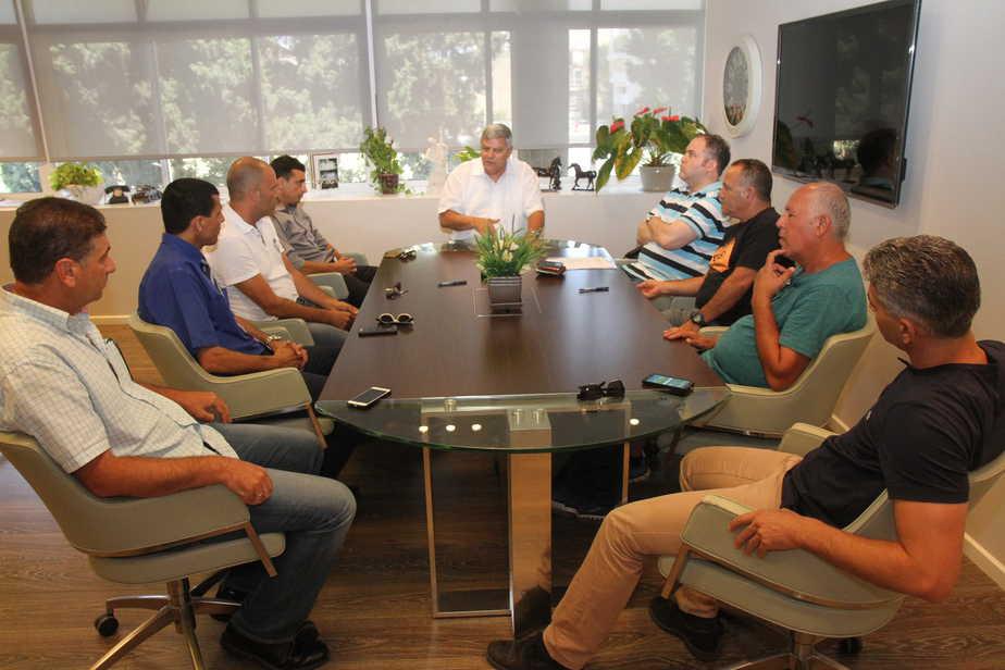 חברי קבוצת הניהול במעמד חתימת ההסכם בלשכת ראש העיר (צילום: שלומי גבאי)
