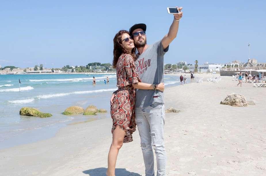 שירלי בוגנים ובעלה לירן בסלפי אוהבים. חוף התמרים (צילום: בן פרידמן)