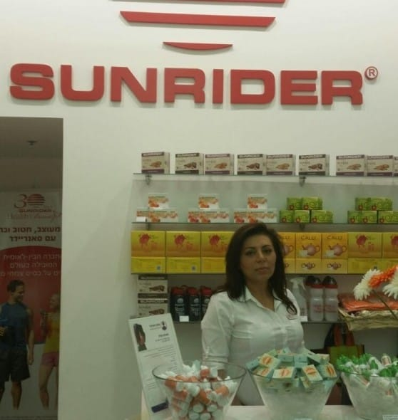 """לורה מנהלת חנות הדגל בצפון """"סאנריידר"""" בקריון (ליד המשביר לצרכן)"""