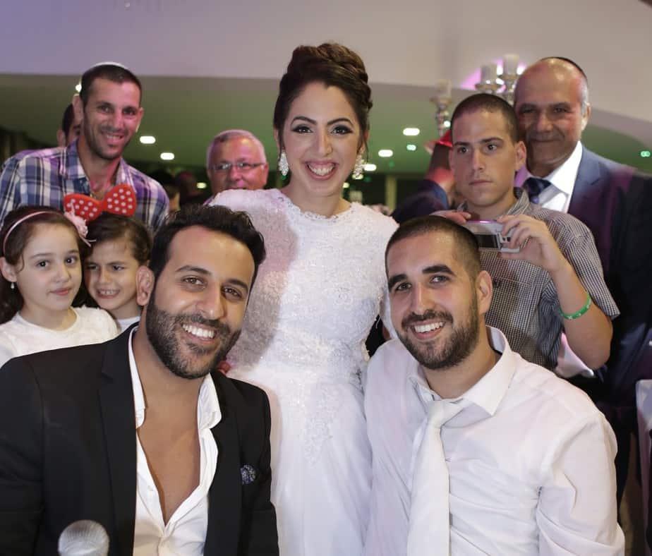 יופי של חתונה. בת אל והראל אלימלך עם דודו אהרון (צילום: אלישע, כתום צלמים)
