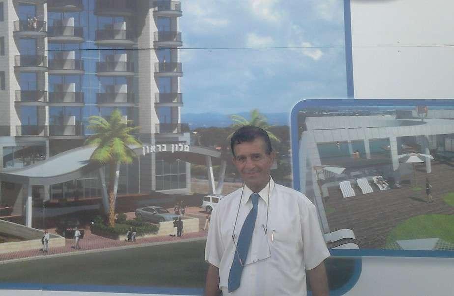 היזם מאיר בראון מציג את הדמית בית המלון הראשון במפרץ (צילום: נטע פלג)