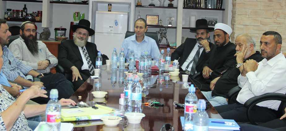 שמעון לנקרי ושאר המשתתפים בישיבת היערכות לחגים (צילום: עיריית עכו)