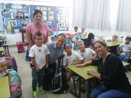 לנקרי ואורית אסייג עם תלמידי בית הספר (צילום: עיריית עכו)