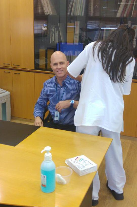"""דוגמא אישית.  מנהל בית החולים הלל יפה ד""""ר מיקי דודקביץ מתחסן  (צילום: אלכס גרינמן)"""