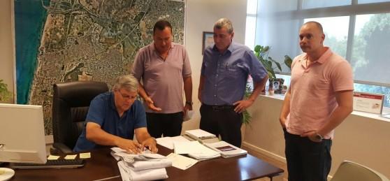 החתימה על היתרי הבנייה למתחם אנרג'י פארק בחדרה (צילום באדיבות העירייה)