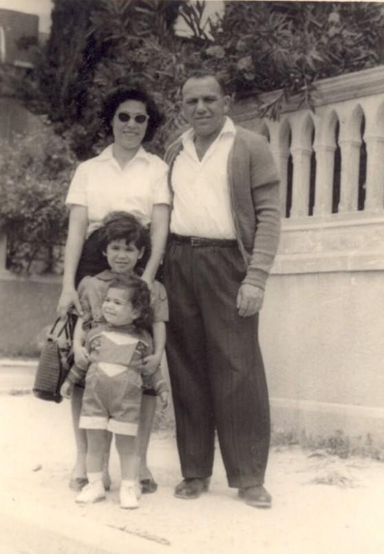 אחת שובבה, שנייה ביישנית. האחיות בנגורה וגבאי עם הוריהן צילום: אלבום פרטי