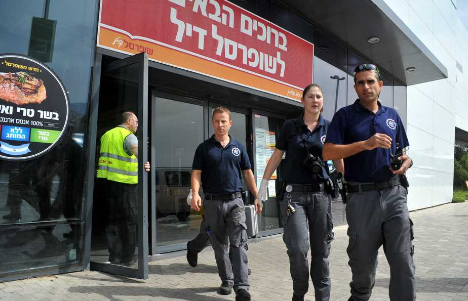 בהלה בשופרסל. השוטרים ואנשי האבטחה (צילום: דורון גולן)