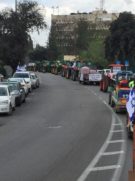 שיירה של כלי רכב כבדים בעלייה ירושלים (צילום: פרטי)