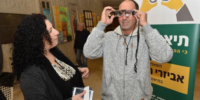 שוקרון בודק את המכשור החדש צילום: ישראל פרץ