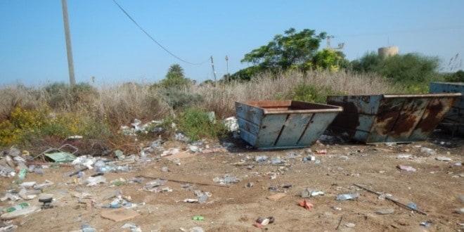 פסולת בחוף הכרמל (צילום: באדיבות המשרד להגנת הסביבה)