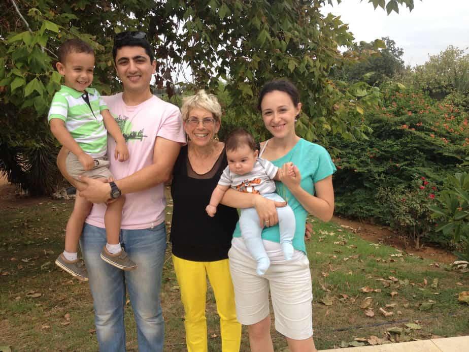 פגישת מחזור. תמי קרני עם אמיל וגליה חאנון וילדיהם (צילום: פרטי)