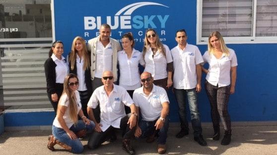 צוות בלו סקיי מכירת רכב  (צילום: טל מוסקל)