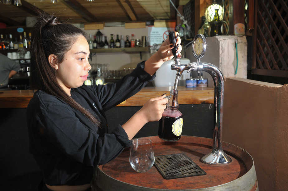 יין היישר מהחבית לקנקן [צילום: דורון גולן]