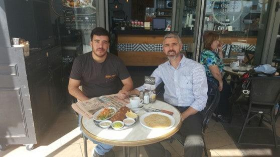 """ארוחה טבעונית. רפאל בולניק ומאור בן שלוש בקפה קפה בעזריאלי עכו [צילום : יח""""צ]"""