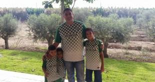 """עו""""ד גיא אופיר עם שלושת בניו אביעד, אביתר והראל (צילום: עצמי)"""