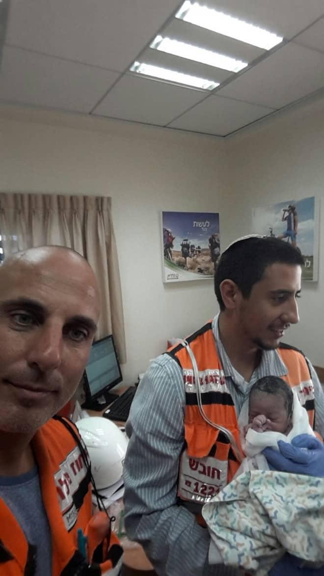 צוות של איחוד הצלה כרמל שעזר ליילד תינוק בקופת חולים. (צילום:איחוד הצלה כרמל)