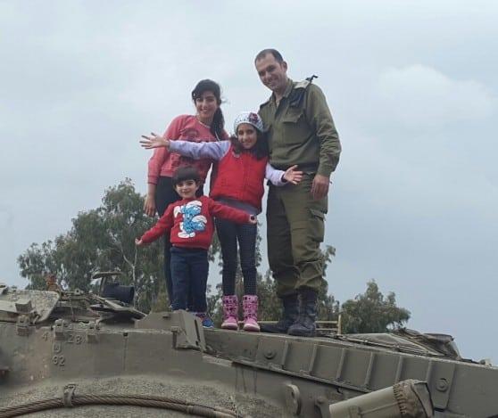 """דואג גם למשפחה. רס""""ן חמיד חמיד ובנותיו צילום: דובר צה""""ל"""