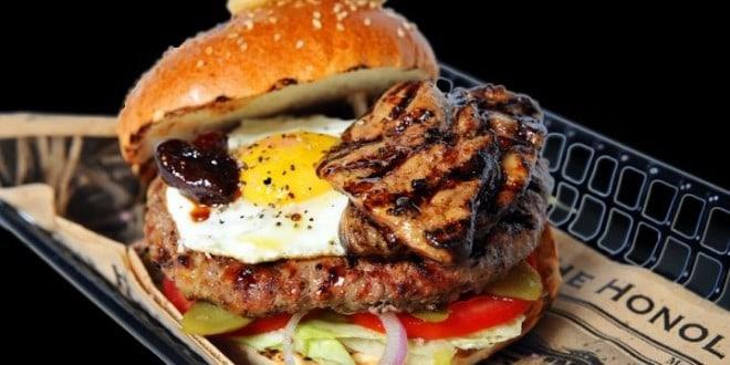 """ביום שלישי אוכלים בלוריא 2 המבוורגרים במחיר אחד [צילום: יח""""צ]"""