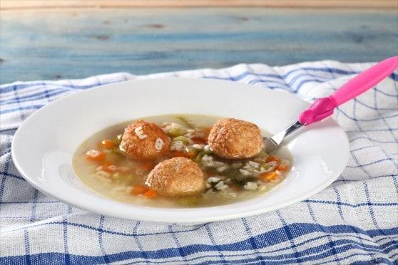 מרק ירקות עם כדורי עוף רכים ופתיתים בצורת אותיות [צילום: מיכאל גלעדי]