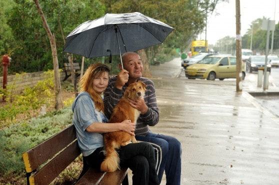 הקרייתים יגאל בוטגרוב, אלינור סלבין והכלב סימבה. צילום:דורון גולן