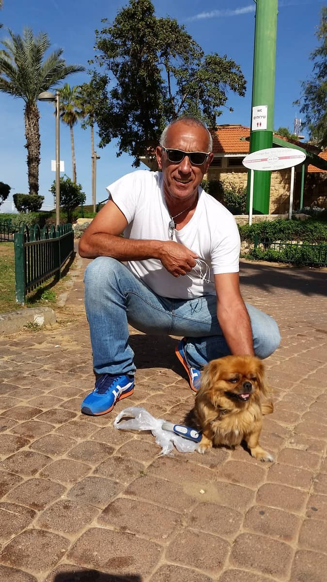 שמעון אביטל והכלבה סנדי (צילום: רותי ברמן)