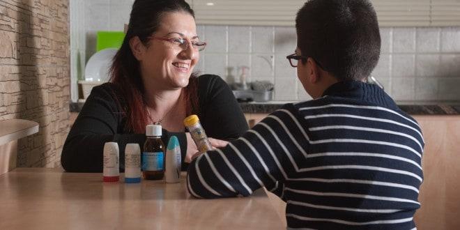 איריס אבשלום עם בנה שסובל מאלרגיות (צילום:דורון גולן)