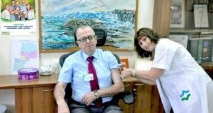 """ד""""ר זאהי סעיד מקבל חיסון מרחל שמר. (צילום: דוברות כללית)"""