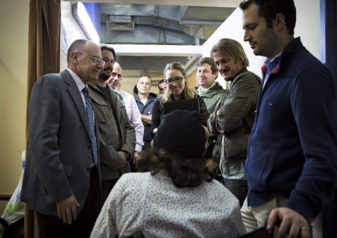 """ביקור מהוליווד. השחקן שון פן (שני מימין) עם ד""""ר מסעד ברהום בביקור אצל הפצועים הסורים (צילום:ISRAAID)"""