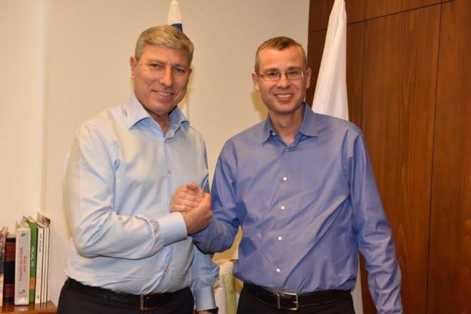 שר התיירות יריב לוין וראש עיריית קרית אתא יעקב פרץ (צילום: וידאו רפי)