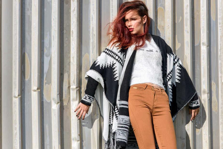 מכנסיים, סריג, פונצ'ו תחתון ופונצ'ו עליון: קסטרו; עגילים: אקססוריז