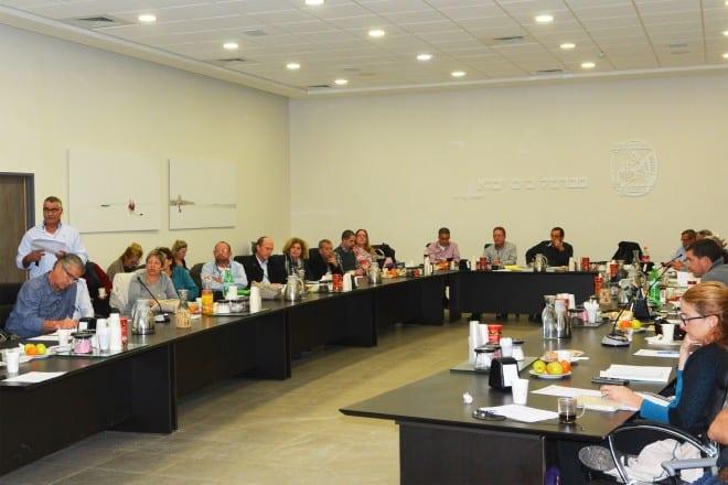 מתקצבים. ישיבת מליאת מועצת חוף הכרמל (צילום: אבי ברומברג)