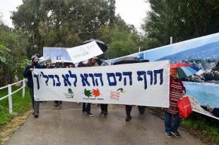 מחאה נגד הבנייה בחוף אכזיב (צילום: דורון גולן)