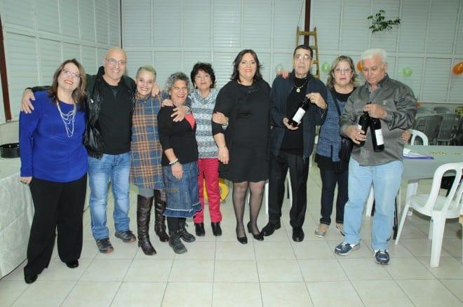 המארגנת רחל אסבן ויאנה (משמאל) והחברים מהשכונה (צילום: ציון הצלם)