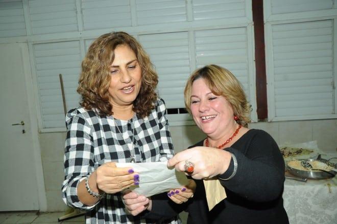 שמרה מכתב מלפני 40 שנה. לאה בניסטי (משמאל) עם המכתב שכתבה לה מרים ליטמן (צילום: ציון הצלם)