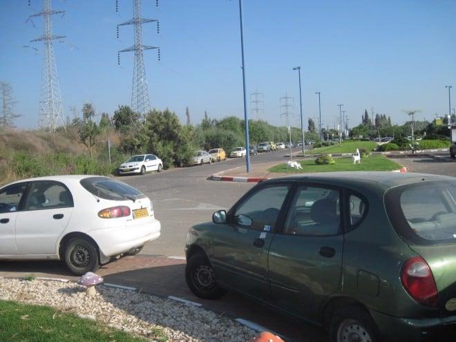 נראה אתכם מוצאים מקום. רכבים חונים לאורך הכבישים באזור תחנת הרכבת קיסריה פרדס חנה (צילום: נירית שפאץ)