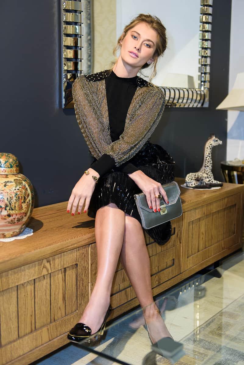 חולצה וחצאית: קאלה; נעליים ותיק: אייס קיוב; תכשיטים: uno de 50