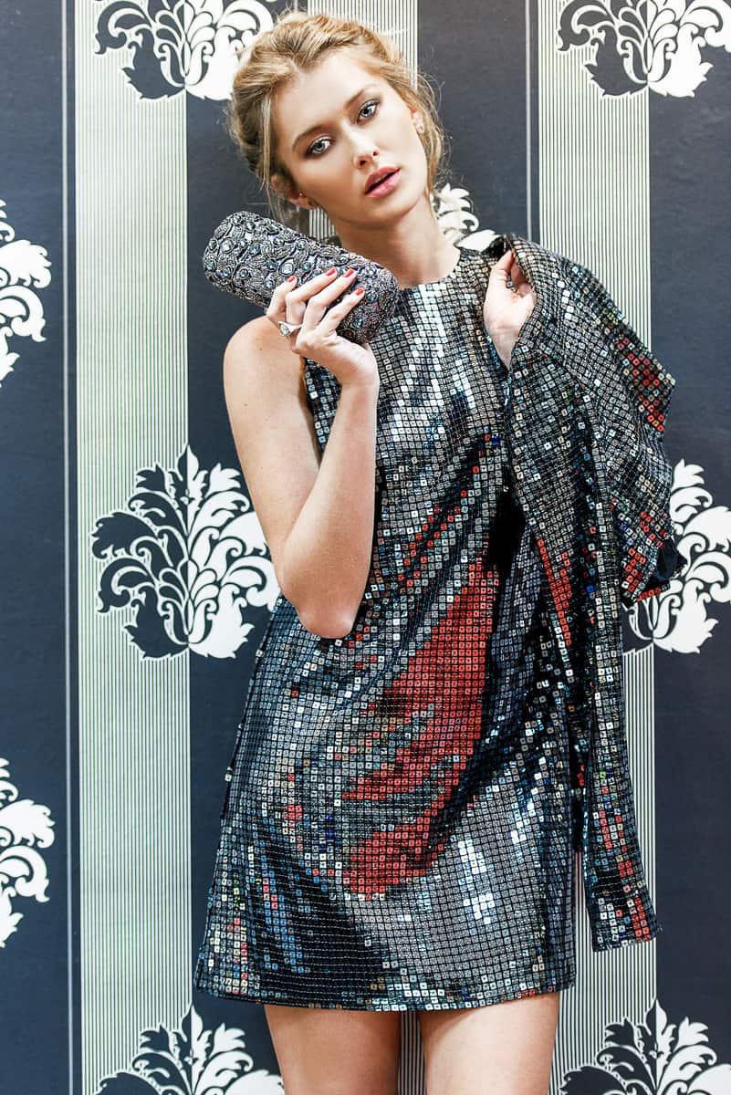 שמלה ועליונית: יובל רביד; תיק: מצדה; טבעת:uno de 50