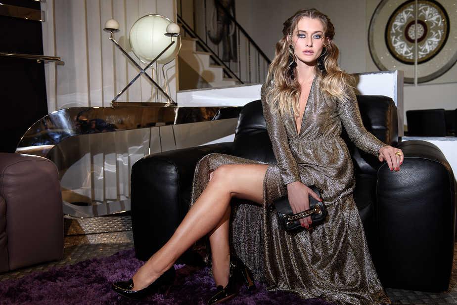 שמלה: קאלה; נעליים ותיק: אייס קיוב; עגילים: דורי צ'נגרי; טבעת: טובי פרבר
