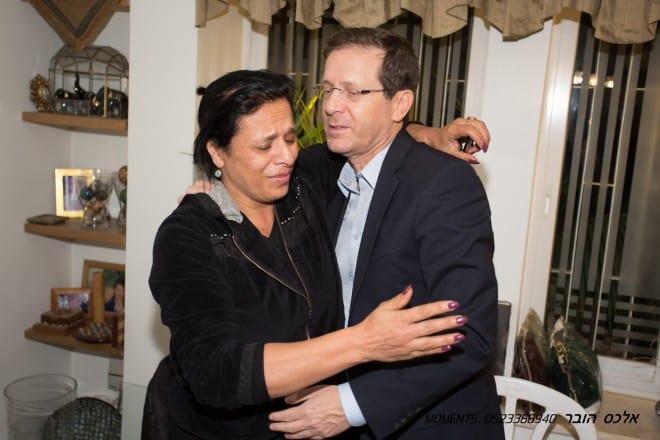 """נימה, אמו של אלון עם ח""""כ הרצוג (צילום אלכס הובר)"""
